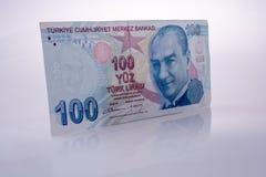 Lle banconote della Lira di Turksh di 100 su fondo bianco Fotografie Stock Libere da Diritti