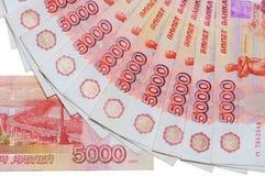 Lle banconote di 5000 rubli russe sono individuate intorno Fotografie Stock