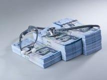 Lle banconote saudite del riyal di 500 con lo stetoscopio Immagine Stock