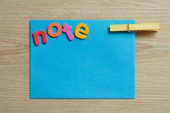 Lle blue note con la nota di parola con un piolo con la parola domenica su  Immagine Stock