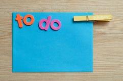 Lle blue note con le parole da fare con un piolo con la parola domenica su  Immagini Stock