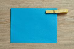 Lle blue note con un piolo con la parola domenica su  Immagine Stock