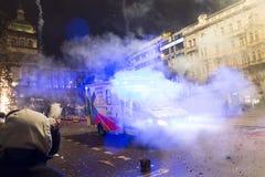 Lle celebrazioni di 2015 nuovi anni e un'ambulanza al quadrato di Wenceslas, Praga Fotografia Stock