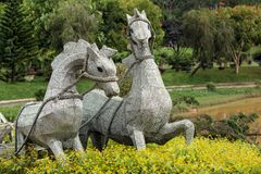 Lle cifre di due cavalli nel parco dei fiori immagini stock libere da diritti