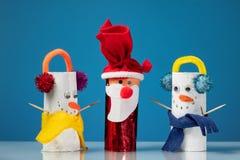Lle cifre di due pupazzi di neve e di Santa Claus hanno fatto dei rotoli di carta igienica da un bambino fotografia stock
