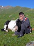 Lle coccole turistiche il suo cavallo in montagne Immagine Stock Libera da Diritti
