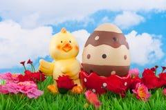 Lle coperture dell'uovo del pulcino con un uovo di Pasqua Fotografia Stock Libera da Diritti