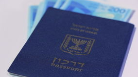 Lle fatture di soldi israeliane giranti dello shekel 200 e del passaporto israeliano archivi video