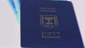Lle fatture di soldi israeliane giranti dello shekel 200 e del passaporto israeliano video d archivio