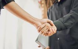 Lle mani unite di due uomini d'affari dopo la negoziazione dell'accordo riuscito di affari e la stretta di mano insieme Fotografie Stock Libere da Diritti
