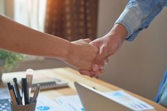 Lle mani unite di due uomini d'affari dopo la negoziazione dell'accordo riuscito di affari e la stretta di mano insieme Fotografia Stock Libera da Diritti