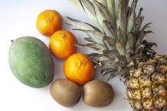Lle metà superiori di tre frutti succosi dei mandarini disposti dietro immagini stock