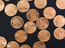 Lle monete di un dollaro del centesimo, Stati Uniti sopra il nero Fotografia Stock
