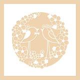 Lle nozze di due uccelli fra i fiori Corona rotonda Openwork dei fiori Modello di taglio del laser Fotografia Stock