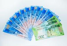 Lle nuove denominazioni russe di 2000 e 200 rubli Banconote russe I soldi russi sono rublo fotografia stock