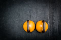 Lle paia di due kettlebells pesanti sul pavimento della palestra pronto per l'allenamento Fotografia Stock