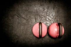Lle paia di due kettlebells pesanti sul pavimento della palestra pronto per l'allenamento Immagini Stock Libere da Diritti
