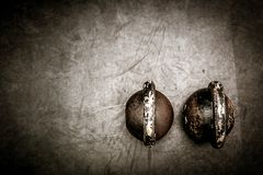 Lle paia di due kettlebells pesanti sul pavimento della palestra pronto per l'allenamento Fotografie Stock