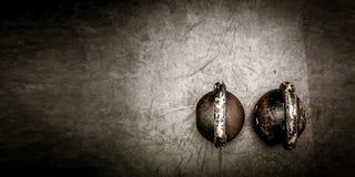 Lle paia di due vecchi kettlebells pesanti del ferro sul pavimento della palestra pronto per forza e l'allenamento di condizionam Fotografie Stock