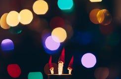 Lle piccole cifre di tre maghi di Natale con la barba lunga ed il cappuccio alto da fuoco fotografie stock libere da diritti