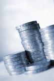Lle pile di monete da una libbra fotografia stock libera da diritti