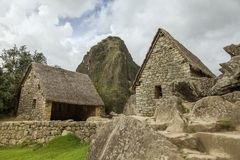 Lle rovine di due case e di Wayna Picchu in Machu Picchu fotografia stock