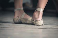 Lle scarpe di balletto di due ballerini cubani in stracci fotografia stock