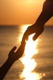 Lle siluette di due mani bambino e madre Immagini Stock Libere da Diritti