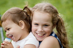 Lle sorelle di due bambini che giocano nel parco, ritratto all'aperto Fotografie Stock