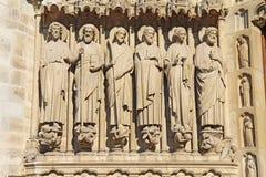 Lle statue di sei apostoli sulla facciata della cattedrale di Notre Dame Fotografie Stock Libere da Diritti