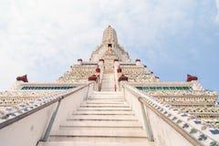 Lle vecchie scala del whith da completare di Pra bombardano la pagoda a Wat Arun Bangkok Thailand immagini stock