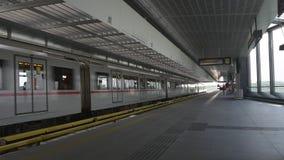 Llegada al tren de la estación de metro