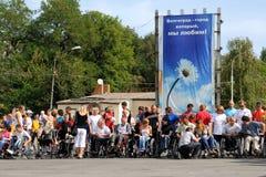 Llegada de invalids en el sillón de ruedas. Imagenes de archivo