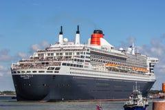 Llegada de Queen Mary 2 en St-Nazario fotos de archivo