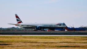 Llegada del aeroplano de British Airways B777 la puerta del aeropuerto imágenes de archivo libres de regalías