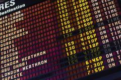 Llegada del aeropuerto y tablero del horario de la salida Fotografía de archivo