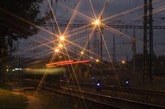 Llegada del tren de noche Imágenes de archivo libres de regalías