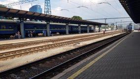 Llegada del tren en la estación de Kiev almacen de video