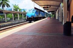 Llegada del tren en la opinión de perspectiva de la estación Foto de archivo