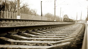 Llegada soviética larga del tren de carga de la era: vídeo blanco y negro