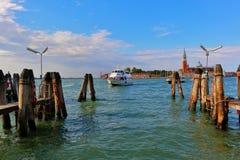 Llegada un barco de motor por la mañana Venecia, Italia Imágenes de archivo libres de regalías