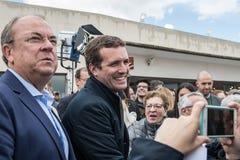 Llegada y saludos del líder de Pablo Casado del partido popular conservador en Caceres, España imagenes de archivo