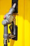Llenador del combustible en el tanque amarillo fotografía de archivo
