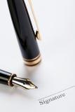 Llenador macro de la pluma del contrato del documento de la muestra del primer Imágenes de archivo libres de regalías