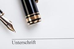 Llenador macro de la pluma del contrato del documento de la muestra del primer Foto de archivo libre de regalías