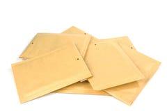 Llene diversa los sobres alineados del envío o del embalaje del tamaño burbuja Fotos de archivo libres de regalías