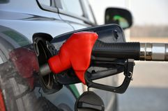 Llene el coche del combustible Arma de reaprovisionamiento de combustible en llenador del tanque fotos de archivo