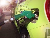 Llene la máquina del reaprovisionamiento del combustible o del coche en la gasolinera Fotografía de archivo libre de regalías