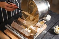 Llene la pasta en los moldes de acero Imagen de archivo libre de regalías