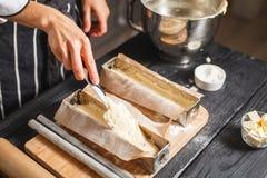 Llene la pasta en los moldes de acero Foto de archivo libre de regalías